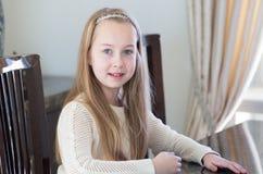10 Jahre alte Mädchenstudie während in der inländischen Umwelt Tutor- und pädagogisches Konzept Stockfotografie