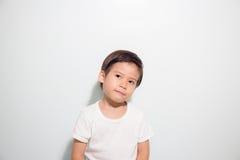 3 Jahre alte nette asiatische Jungenlächeln lokalisiert auf weißem Hintergrund Lizenzfreie Stockfotos