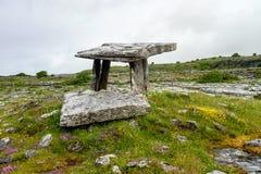 5 000 Jahre alte Polnabrone Dolmen in Burren, Co Clare - Irland lizenzfreie stockfotos