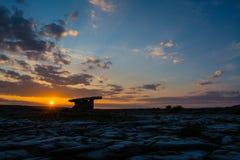 5000 Jahre alte Polnabrone-Dolmen in Burren, Nationalpark-Sonnenuntergang Stockfotografie