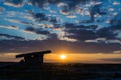 5000 Jahre alte Polnabrone-Dolmen in Burren, Nationalpark-Sonnenuntergang Lizenzfreies Stockfoto