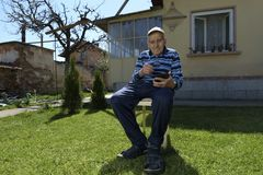 90 Jahre alter Mann-Tablet-Internet-im Freien Stockbilder
