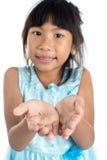 6 Jahre altes Kind hat den Milchzahn verloren Stockfotografie