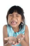 6 Jahre altes Kind hat den Milchzahn verloren Lizenzfreies Stockfoto