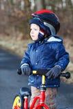 2 Jahre altes Kleinkindreiten auf seinem ersten Fahrrad Stockfotografie