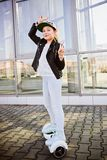 10 Jahre altes Mädchenreiten auf selbstabgleichendem elektrischem Skateboard Lizenzfreie Stockfotos