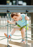 3 Jahre Baby am Spielplatz Stockfotografie
