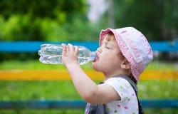 Babygetränke von der Plastikflasche Lizenzfreie Stockfotografie