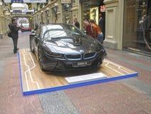 100 Jahre BMWs Das Zustandskaufhaus moskau BMW i8 Lizenzfreie Stockfotos