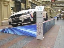 100 Jahre BMWs Das Zustandskaufhaus moskau Weißes BMW M4 Sport-Reihe Stockfotografie