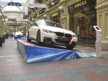 100 Jahre BMWs Das Zustandskaufhaus moskau Weißes BMW 3 Reihe Stockbild