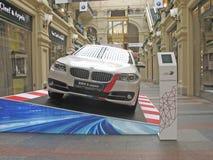 100 Jahre BMWs Das Zustandskaufhaus moskau Weißes BMW 3 Reihe Lizenzfreies Stockfoto