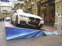 100 Jahre BMWs Das Zustandskaufhaus moskau Weißes BMW 3 Reihe Stockfotografie