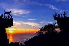 Jahre des Hunde-Konzeptes 2018 mit Sonnenunterganghimmel auf dem Berg Lizenzfreie Stockfotografie