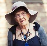 90 Jahre Gehen der alten Frau Stockfotos