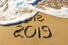 2019, 2018 Jahre geschrieben auf Meer des sandigen Strandes stockfoto