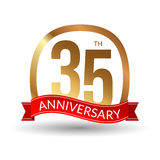 35 Jahre Jahrestagserfahrungsgoldaufkleber mit rotem Band, Vektorillustration Stockfotos