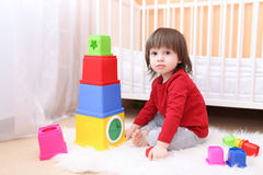 2 Jahre Junge, die zu Hause mit pädagogischem Spielzeug spielen Lizenzfreie Stockfotografie