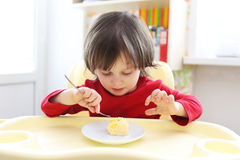 2 Jahre Junge isst Omelett Lizenzfreie Stockfotos