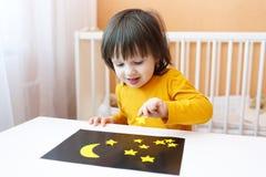 2 Jahre Junge machten nächtlichen Himmel und Sterne von den Papierdetails Stockbilder