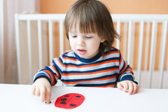 2 Jahre Junge machten Papiermarienkäfer Stockbild