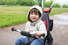 2 Jahre Kind auf Fahrrad Stockfotos