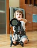 2 Jahre Kind macht Foto Lizenzfreie Stockfotografie