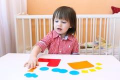 2 Jahre Kind machten Puffer vom Papier Stockfoto