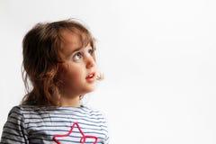 3-4 Jahre kleine Mädchen, die oben schauen lizenzfreies stockbild
