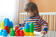 2 Jahre Kleinkindjunge, die zu Hause Plastikblöcke spielen Lizenzfreies Stockfoto
