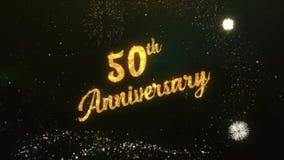 50. Jahrestags-Gruß-Text gemacht vom Wunderkerze-Licht-dunklen nächtlichen Himmel mit Colorfull-Feuerwerk stock video