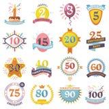 Jahrestagsausweise stellten Feiergeburts-Altersbuchstaben des Vektorgeburtstagszahlemblemfeiertags festlichen mit Bändern ein stock abbildung