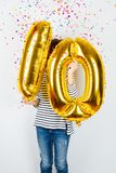 10. Jahrestagsfeierparty-girl mit goldenen Ballonen Stockbild