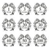 Jahrestagsikonensatz Jahrestagssymbole im aufwändigen Rahmen mit Florenelementen 1,3,5,10,20,30,40,50,100 Jahre Schablone für Kar lizenzfreie abbildung