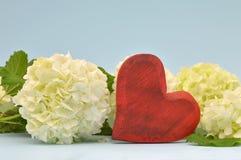 Jahrestagskarte mit rotem Herzen und Blumen Lizenzfreies Stockbild