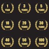 Jahrestagslorbeerkranz-Ikonensatz Goldjahrestagssymbole lokalisiert auf schwarzem Hintergrund 1,3,5,10,20,30,40,50,100 Jahre Temp vektor abbildung