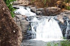 Jahreszeit des Wasserfalles im Frühjahr Stockbild