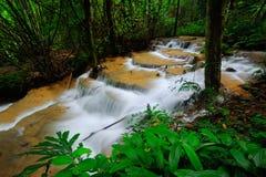 Jahreszeit des Wasserfalles im Frühjahr Stockfotos