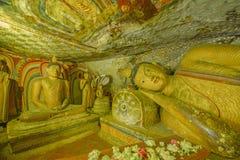 12 Jahrhundert Dambulla-Höhlen-goldener Tempel und Statuen Stockfotos