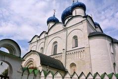 Jahrhundert Suzdal der Kreml XII Geburt Christis-Kathedrale mit blauen Hauben Goldring von Russland Zeilen in der orthodoxen Arch Lizenzfreies Stockfoto