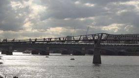 Jahrtausend-Brücke im London-Stadt-Stadtzentrum eine Fuß-Brücke über der Themse stock footage