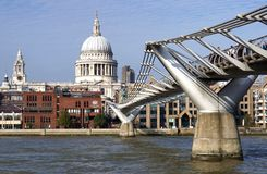 Jahrtausend-Brücke, St Paul Kathedrale, London Stockfotografie