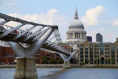 Jahrtausend-Brücke und St Paul Kathedrale in London Stockfotografie