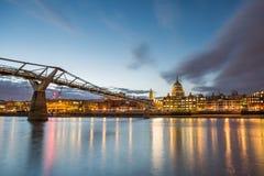 Jahrtausend-Brücke und St Pauls Stockfotografie