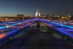 Jahrtausend-Brücke und St. Pauls Cathedral Stockbilder