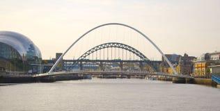 Jahrtausend-Brücke und Tyne Bridge über dem Fluss Lizenzfreie Stockfotografie