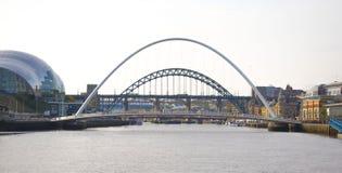 Jahrtausend-Brücke und Tyne Bridge über dem Fluss Stockfotos
