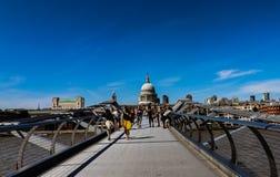 Jahrtausend-Brücken-London-Sommerzeit stockbild