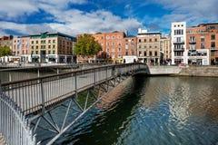 Jahrtausend-Brücke ist eine Fußgängerbrücke über dem Fluss Liffey in Dublin, Irland Stockbilder