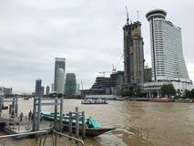 Jahrtausend Hilton, das nahe dem Konstruieren eine auf einem anderen Flusspier errichtet Stockbilder